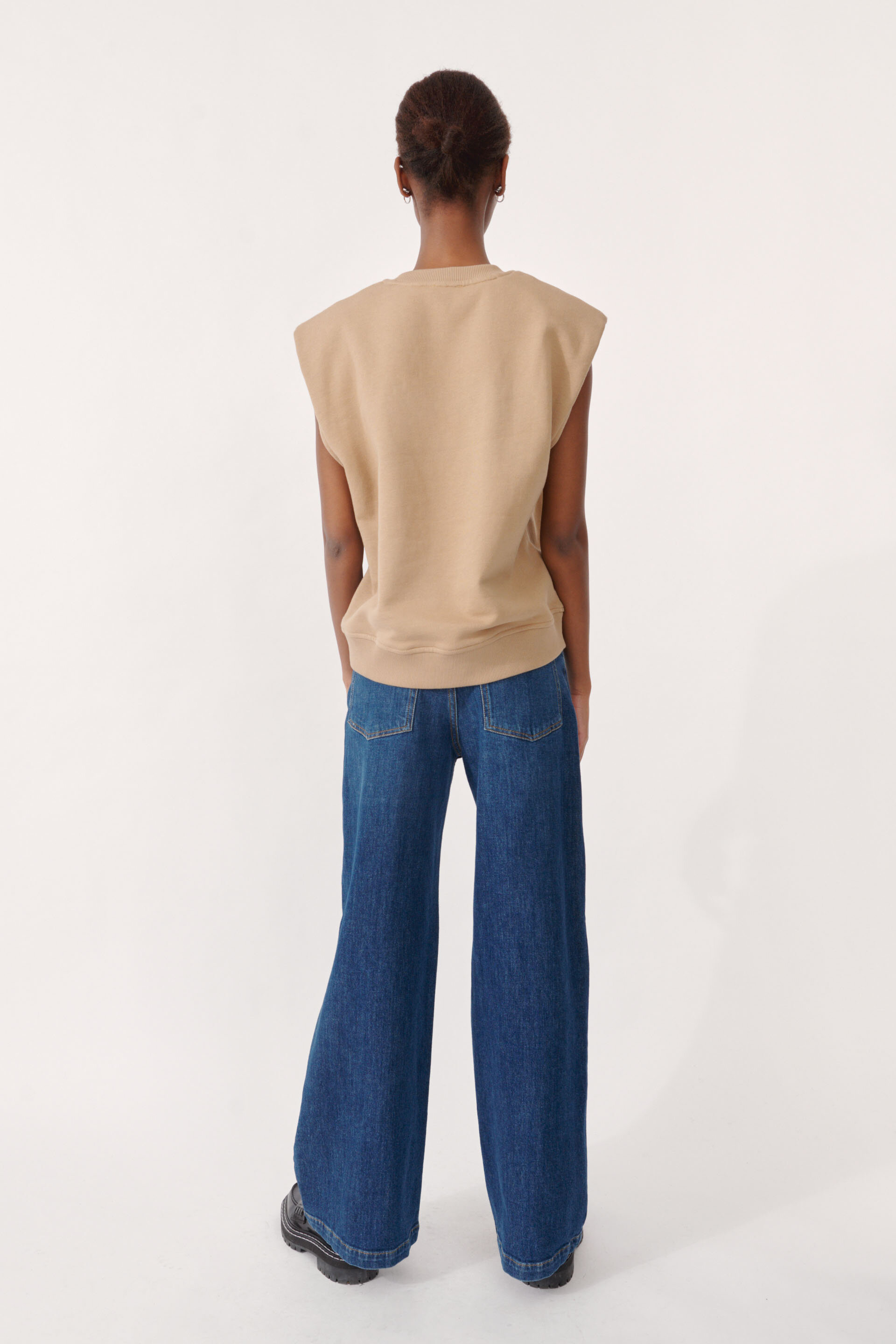 Julio Sweater Camel An oversized sleeveless top with cut-off style sleeves - detail image
