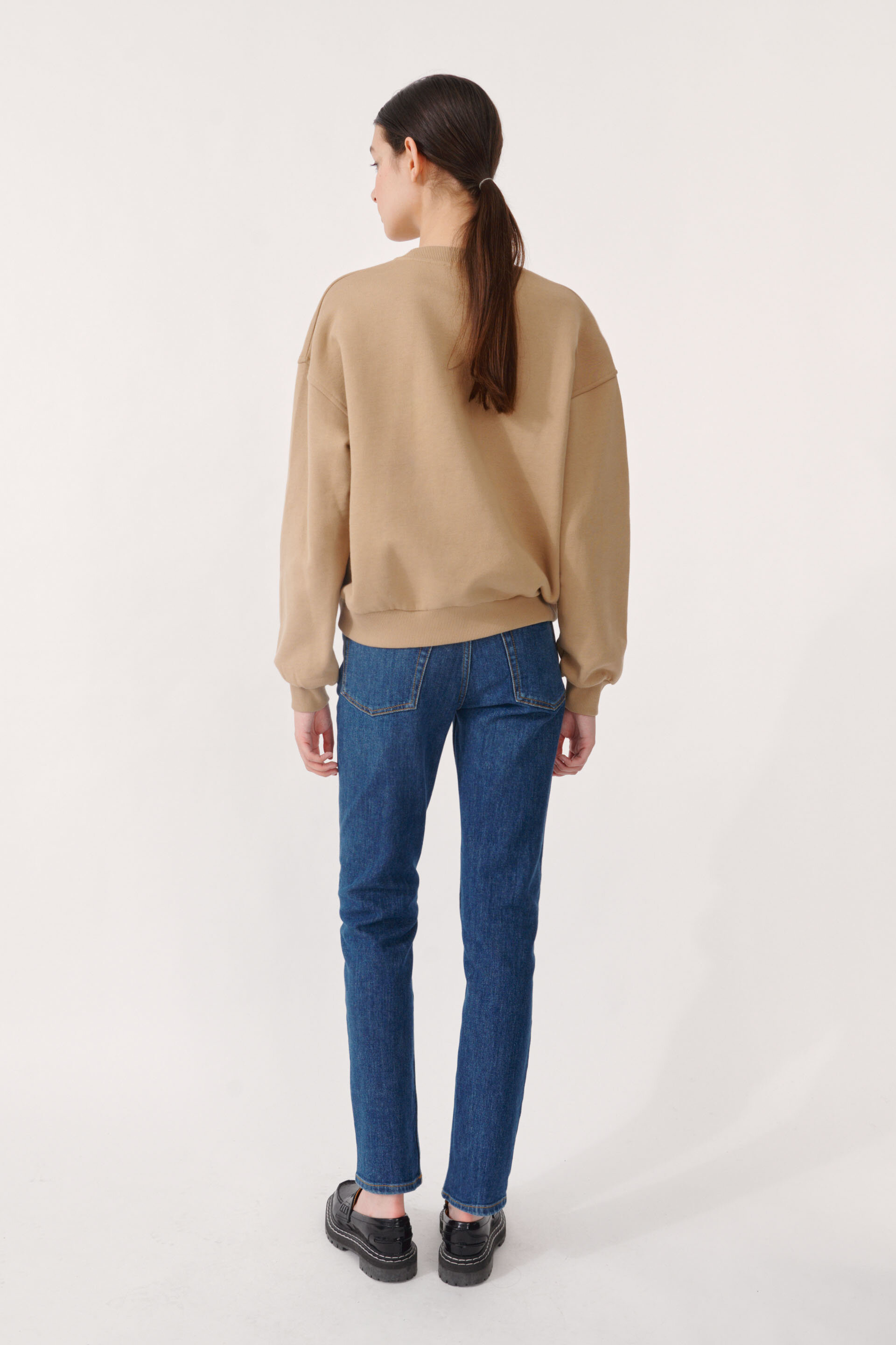 Jazara Sweater Camel This loose-fitting sweatshirt features a hip-length, ribbing at the sleeves and waist, and an embossed logo at the chest - detail image
