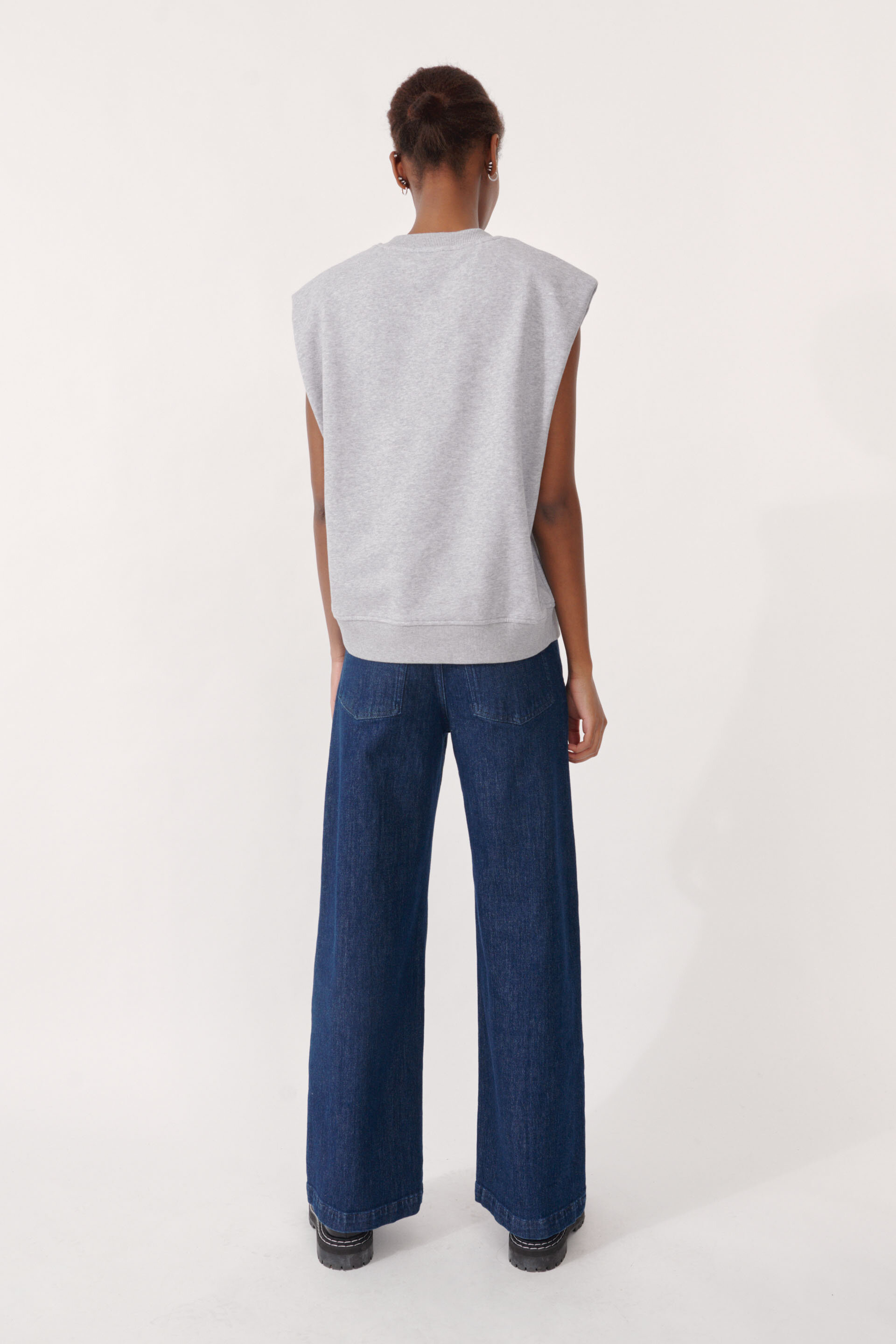 Julio Sweater Grey Melange An oversized sleeveless top with cut-off style sleeves - detail image