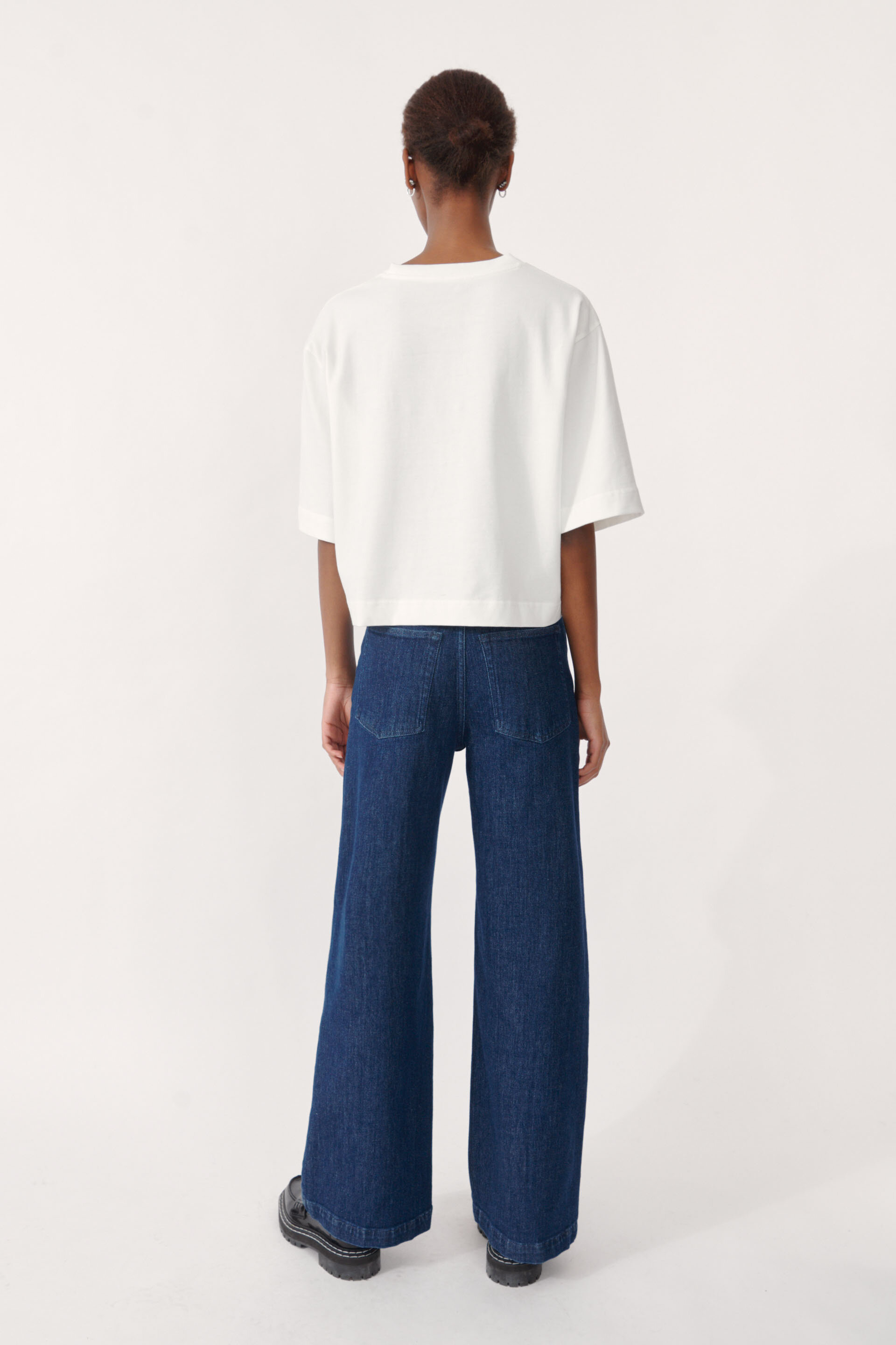 Jiana T-shirt White An oversized, boxy t-shirt with a cropped silhouette - detail image