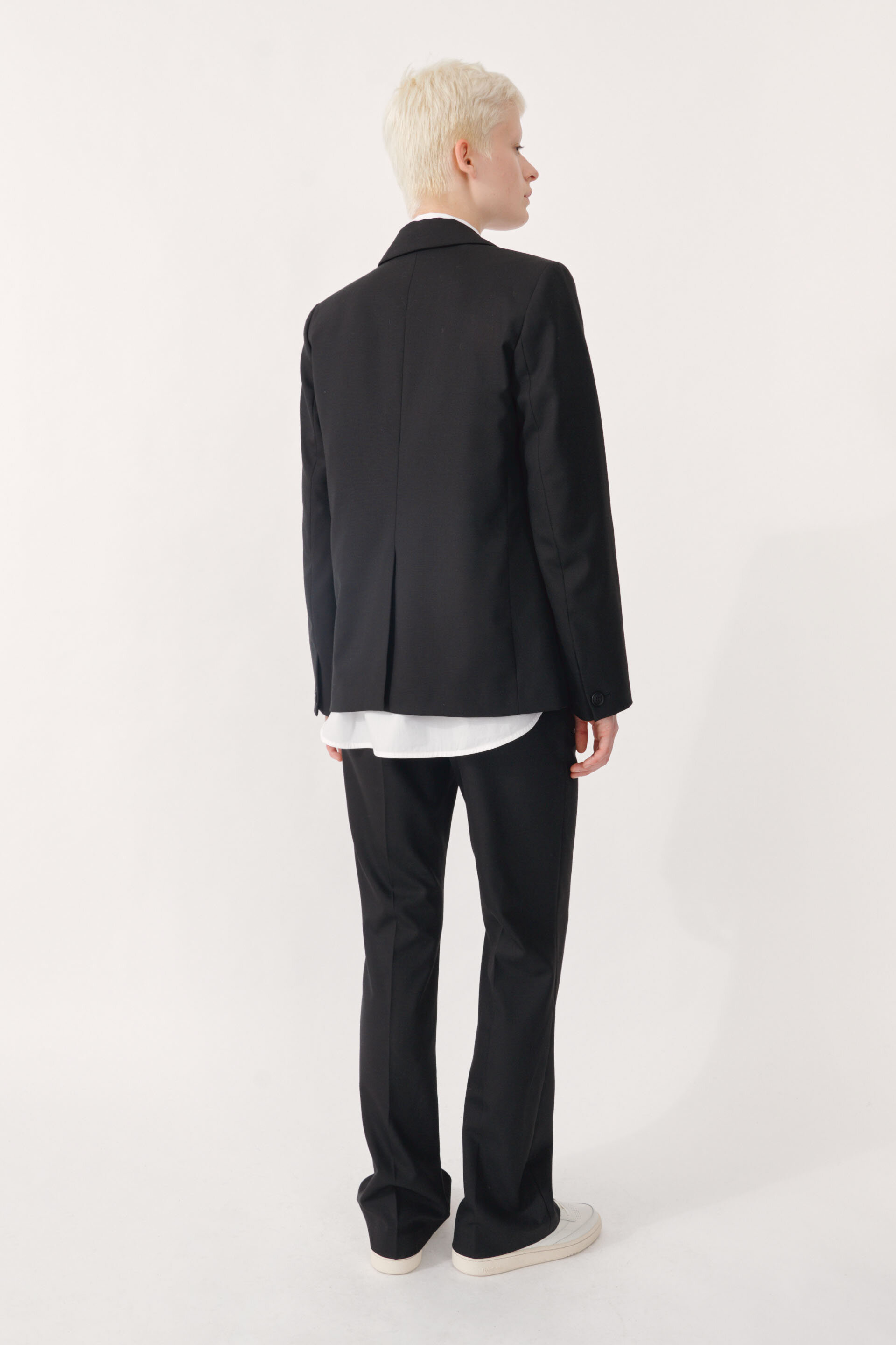 Bee Blazer black A fully lined, regular fit blazer with a single button closure and patch pockets in the front - detail image