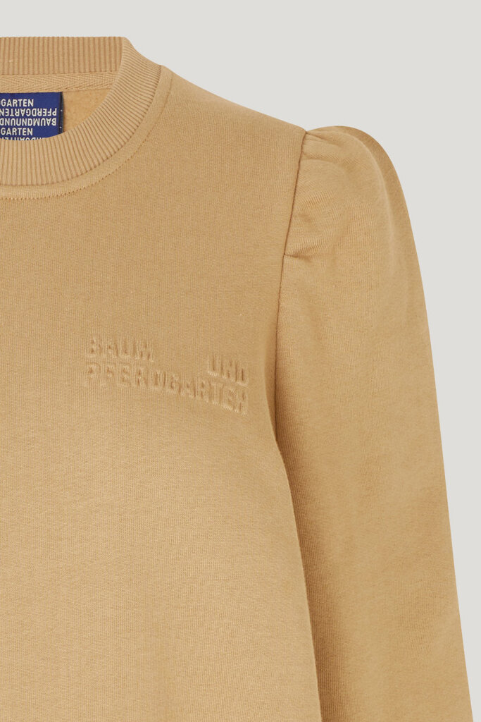 Jeen Dress Camel This sweatshirt dress has slightly puffed sleeves at the shoulder - detail image